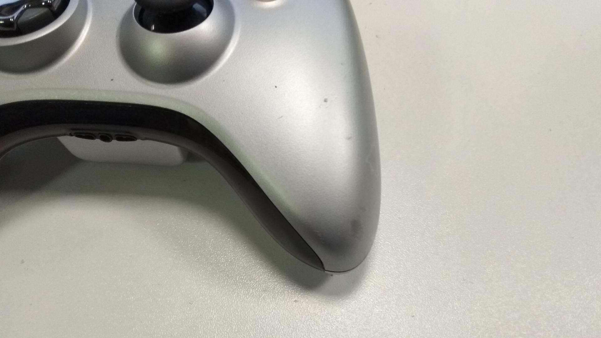 [Xbox 360] Bezdrátový Ovladač Microsoft - stříbrný (estetická vada)