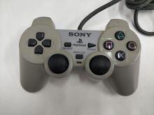 [PS1] Drátový Ovladač Sony Dualshock - šedý (nažloutlý) (estetická vada)